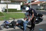 Andar de moto com a viseira levantada dá multa? Dá e é infração gravíssima.