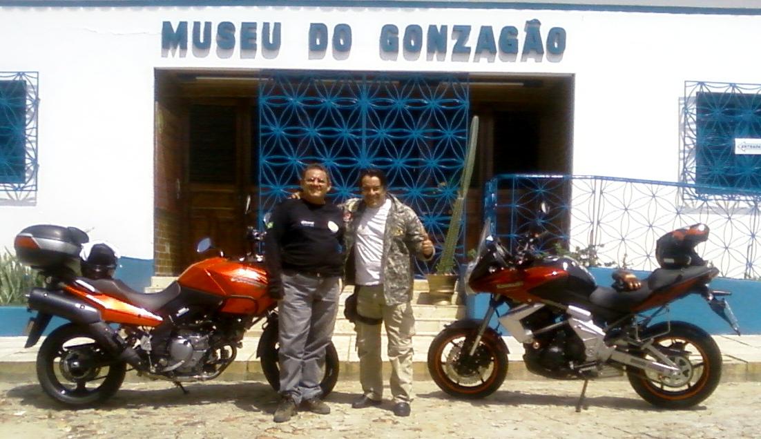 Luís Sucupira e Ricardo Quinderé em frente ao Museu do Gozagão.