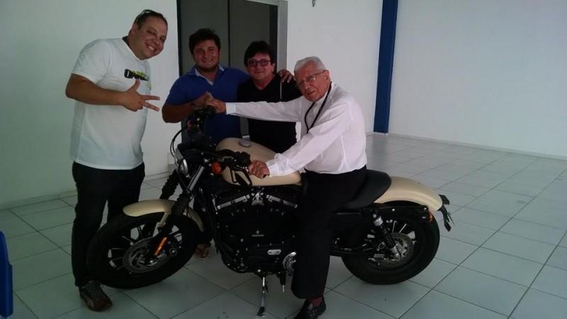 Dom Mauro faz pose na Harley ao lado de Rafael Palácio (azul) e Leonardo (branco de pé). Sonho realizado