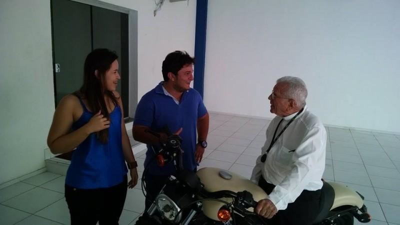 Dom Mauro conversa com o casal Palácio. Prosa animada.