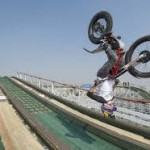 Radical: Piloto 'fera' desce montanha-russa de… moto!
