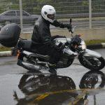Piso molhado, sujeira na pista, como pilotar com segurança?