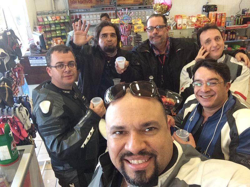 Dr. André Pereira em primeiro plano em viagem com os amigos