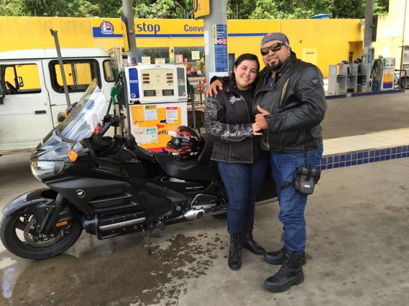 Dr. André Pereira e sua esposa, Thais Matos. Motociclistas também.