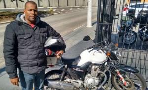 Marcos Cardoso, motoboy há dez anos, gosta da liberdade proporcionada pela profissão. Foto: Sindimoto/SP