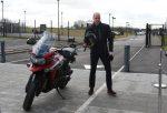 O príncipe britânico William deu uma voltinha de moto nas dependências da fábrica da Triumph