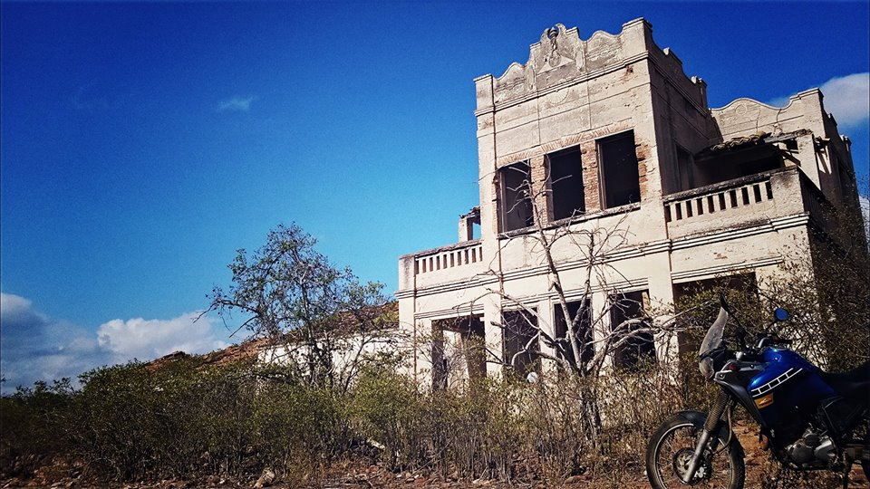 A Ténéré em frente às ruínas do casarão do Coronel Feitosa, uma construção impressionante em Cococi, Parambu, Ceará