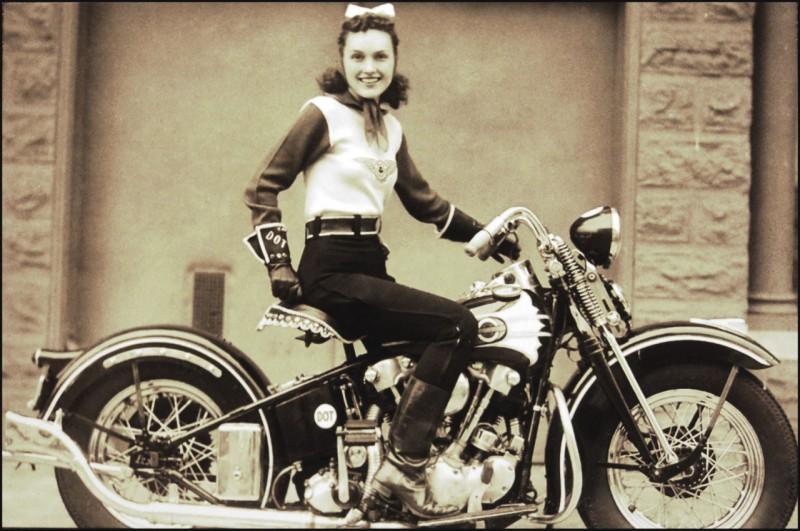Dot Robinson e sua arley-Davidson EL Knucklehead 1939