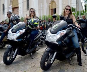 as administradoras de empresas Agatha Rubia (esq) e Carla Moreira (dir), representantes do Ladys of Harley
