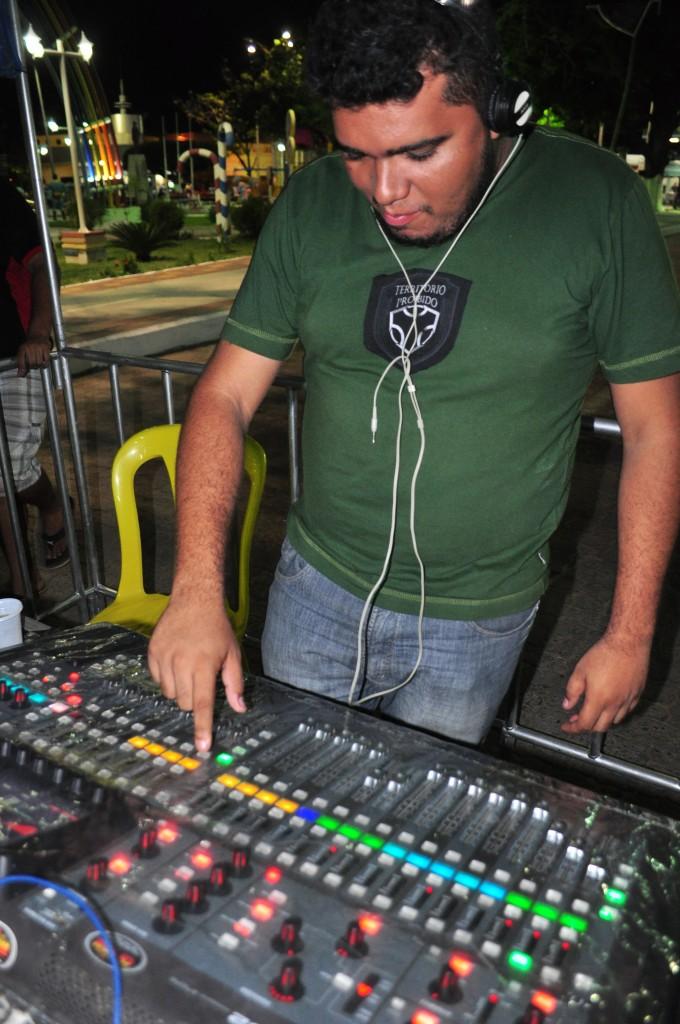 Secretário de Cultura Michel Prudêncio conferindo o som