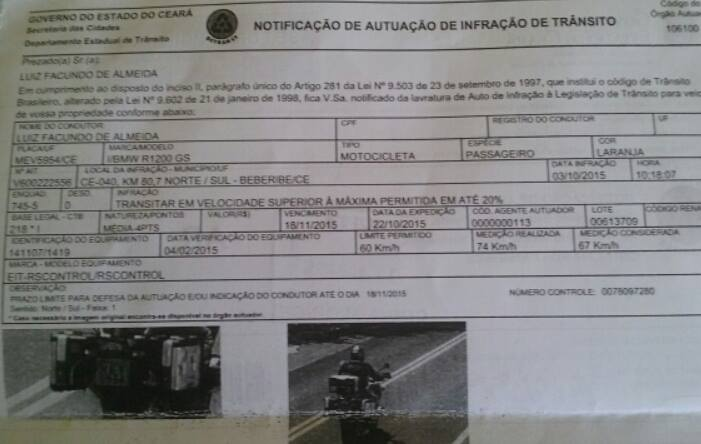 A placa diz 'máxima de 80 km/h', mas a multa sai com mais de '60 km/h'.