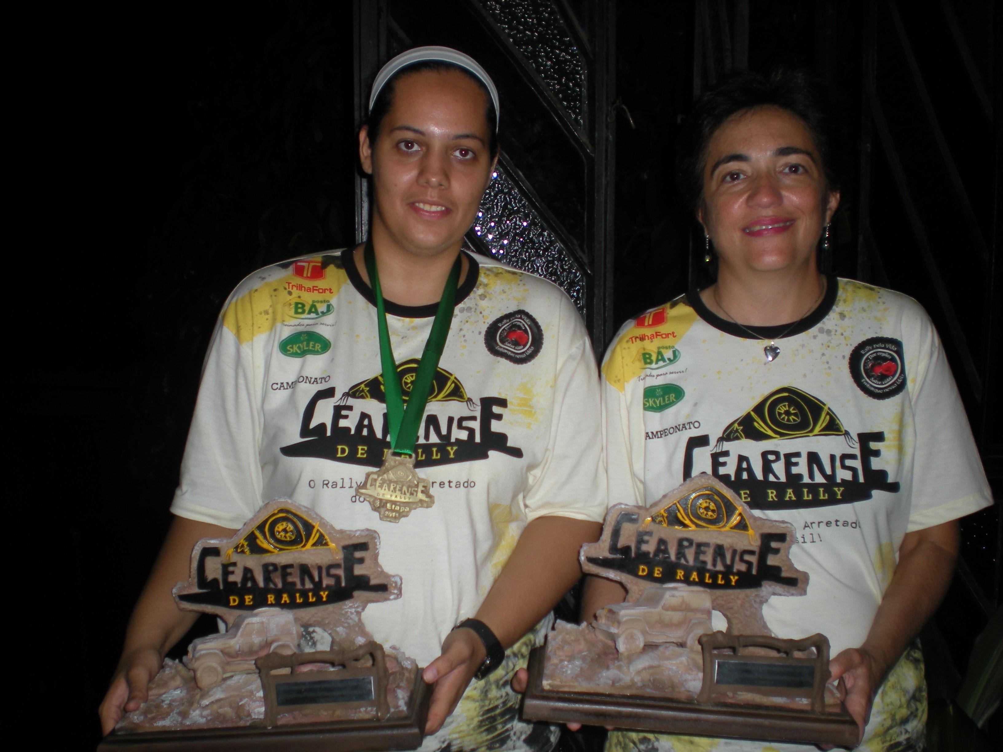 Minha navegadora Fernanda Pinho e eu Magda Rosa (Rosinha) exibindo o troféu de participação pela campanha de doação de órgãos.