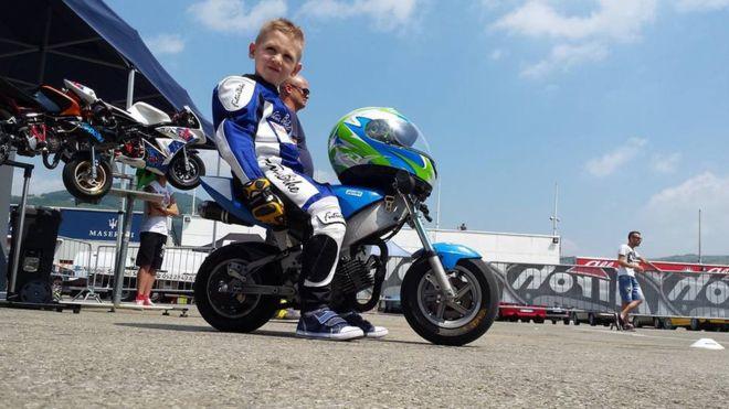 Marco, de seis anos, estava tendo os primeiros contatos com as minimotos