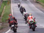 20 motocicletas esportivas em alta velocidade pela rodovia Fernão Dias, em Pouso Alegre, no Sul de Minas Gerais